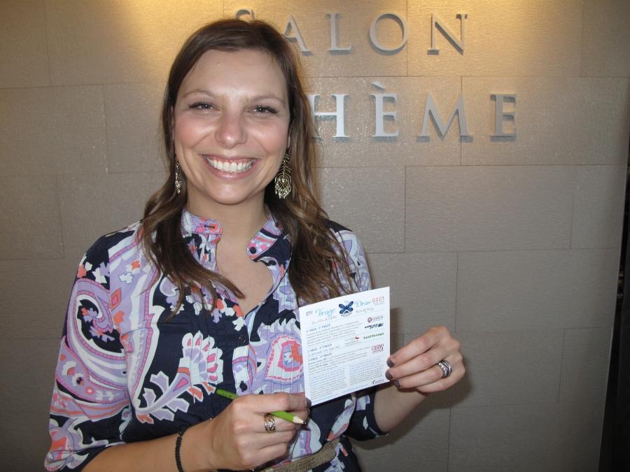 Annie Chiasson, propriétaire du Salon Bohème de Dieppe, a acheté le premier billet!  Bonne chance!