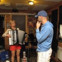 Ginette et George discutent accordéon