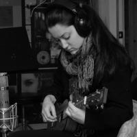 Marie-Philippe Bergeron joue du ukulele